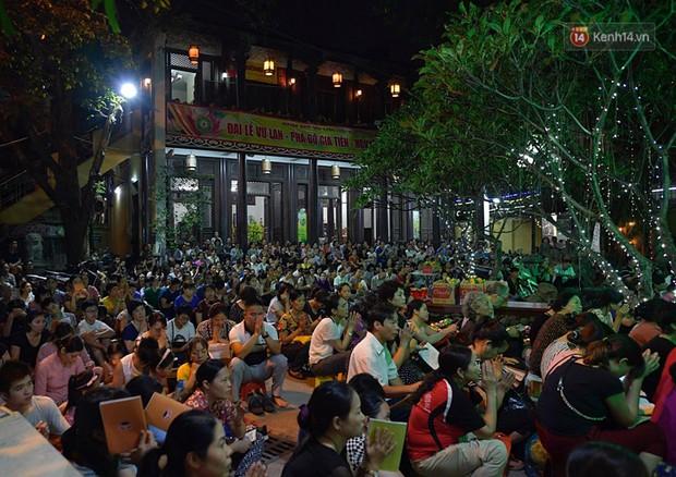 Hàng ngàn người đến chùa Phúc Khánh dự lễ Vu Lan, không còn cảnh chen chúc tràn xuống lòng đường - Ảnh 2.