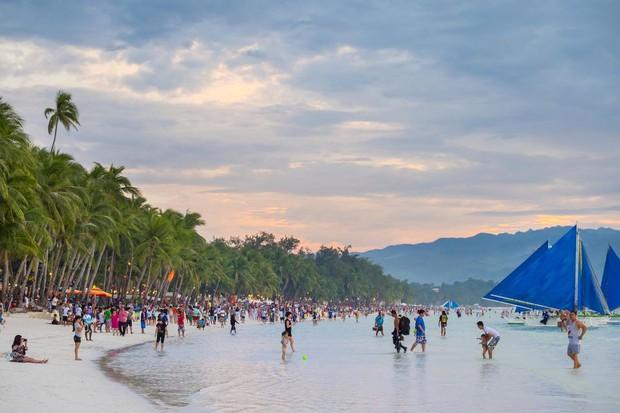 """Trước khi phải đóng cửa vì du khách chôn tã lót xuống cát, bãi biển Boracay đã từng bị Tổng thống Philippines chê """"hôi như hầm phân"""", cấm khai thác 6 tháng liền! - Ảnh 8."""
