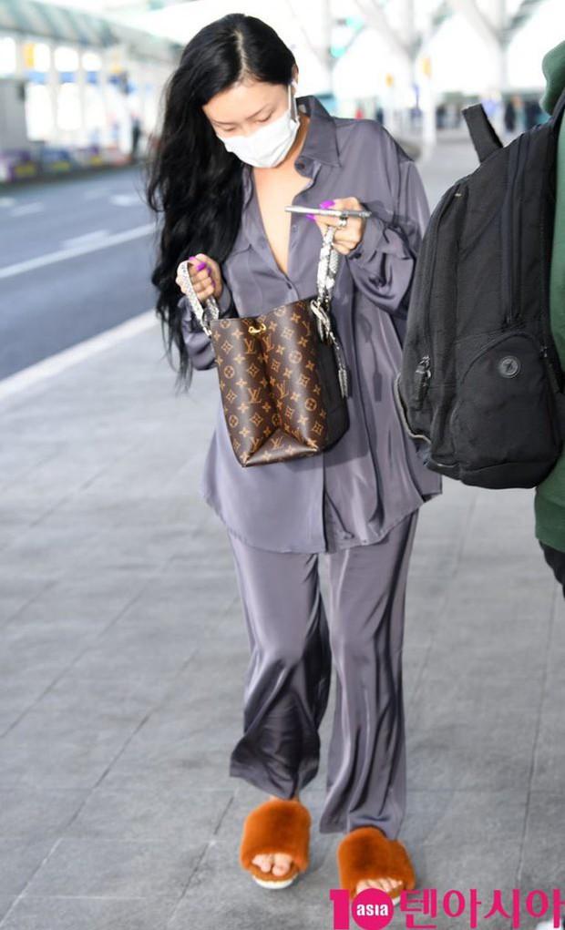 Không biến sân bay thành sàn diễn, Hwasa ăn vận xuề xòa như bà thím mà vẫn được netizen Hàn bênh vực - Ảnh 7.