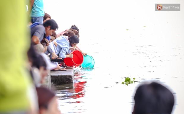 Ảnh: Bất lực vì cá phóng sinh bị vớt ngay khi vừa thả xuống sông Sài Gòn ngày Vu Lan - Ảnh 11.