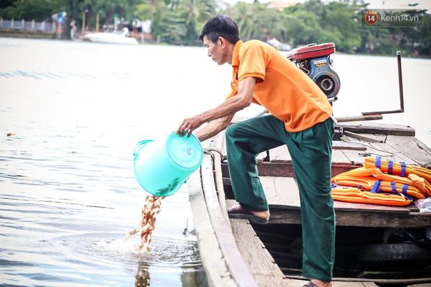 Ảnh: Bất lực vì cá phóng sinh bị vớt ngay khi vừa thả xuống sông Sài Gòn ngày Vu Lan - Ảnh 15.