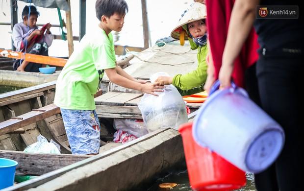 Ảnh: Bất lực vì cá phóng sinh bị vớt ngay khi vừa thả xuống sông Sài Gòn ngày Vu Lan - Ảnh 18.
