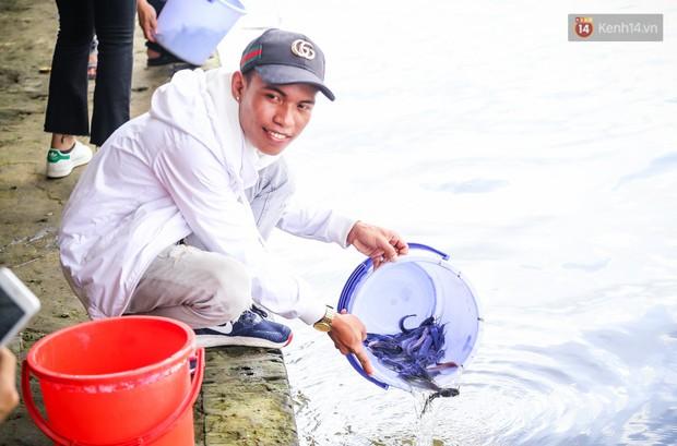 Ảnh: Bất lực vì cá phóng sinh bị vớt ngay khi vừa thả xuống sông Sài Gòn ngày Vu Lan - Ảnh 14.