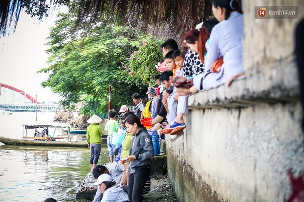 Ảnh: Bất lực vì cá phóng sinh bị vớt ngay khi vừa thả xuống sông Sài Gòn ngày Vu Lan - Ảnh 10.