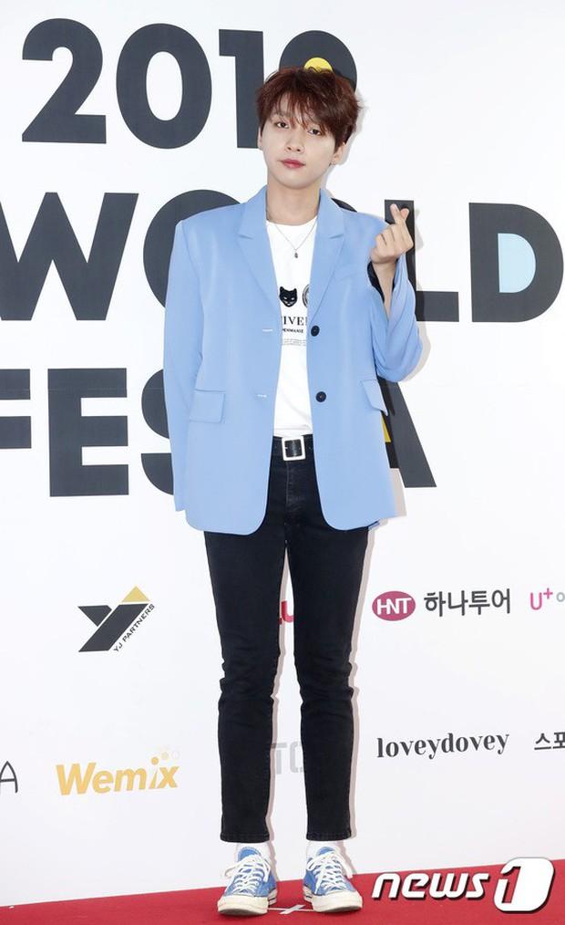 Thảm đỏ hội tụ quân đoàn 70 idol: Park Bom bị nữ thần dao kéo lấn át, dàn nam thần đẹp trai nhất Kpop đụng độ cực gắt - Ảnh 25.