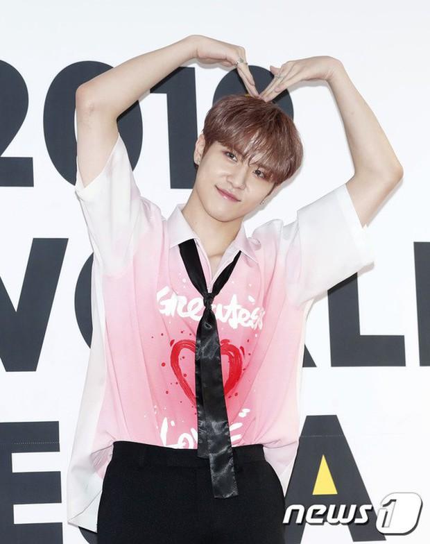 Thảm đỏ hội tụ quân đoàn 70 idol: Park Bom bị nữ thần dao kéo lấn át, dàn nam thần đẹp trai nhất Kpop đụng độ cực gắt - Ảnh 26.