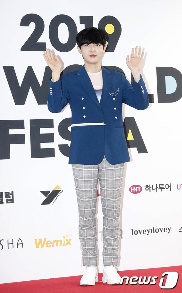 Thảm đỏ hội tụ quân đoàn 70 idol: Park Bom bị nữ thần dao kéo lấn át, dàn nam thần đẹp trai nhất Kpop đụng độ cực gắt - Ảnh 24.