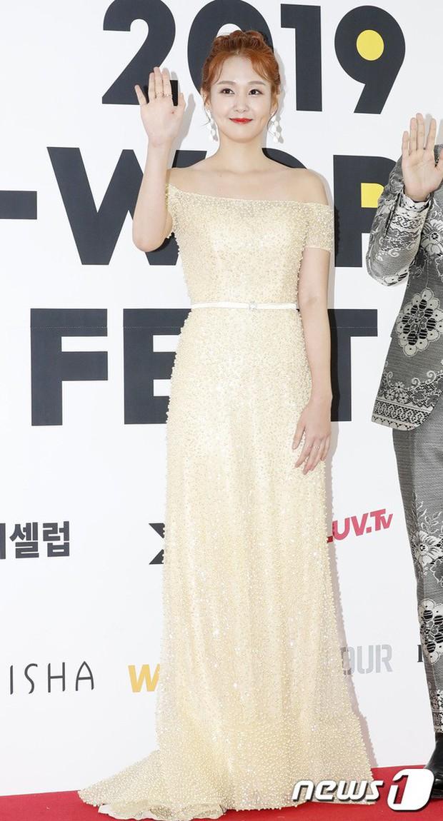 Thảm đỏ hội tụ quân đoàn 70 idol: Park Bom bị nữ thần dao kéo lấn át, dàn nam thần đẹp trai nhất Kpop đụng độ cực gắt - Ảnh 23.