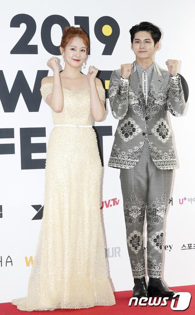 Thảm đỏ hội tụ quân đoàn 70 idol: Park Bom bị nữ thần dao kéo lấn át, dàn nam thần đẹp trai nhất Kpop đụng độ cực gắt - Ảnh 11.