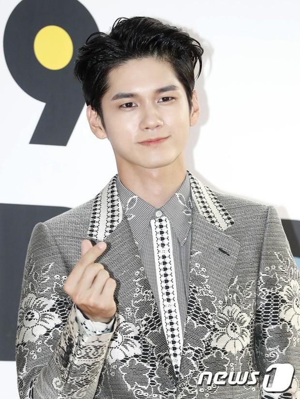 Thảm đỏ hội tụ quân đoàn 70 idol: Park Bom bị nữ thần dao kéo lấn át, dàn nam thần đẹp trai nhất Kpop đụng độ cực gắt - Ảnh 15.