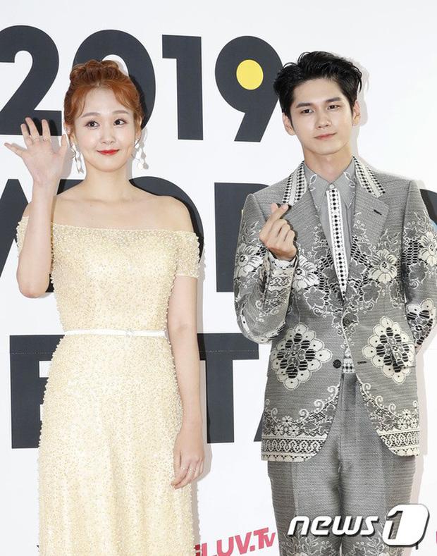 Thảm đỏ hội tụ quân đoàn 70 idol: Park Bom bị nữ thần dao kéo lấn át, dàn nam thần đẹp trai nhất Kpop đụng độ cực gắt - Ảnh 12.