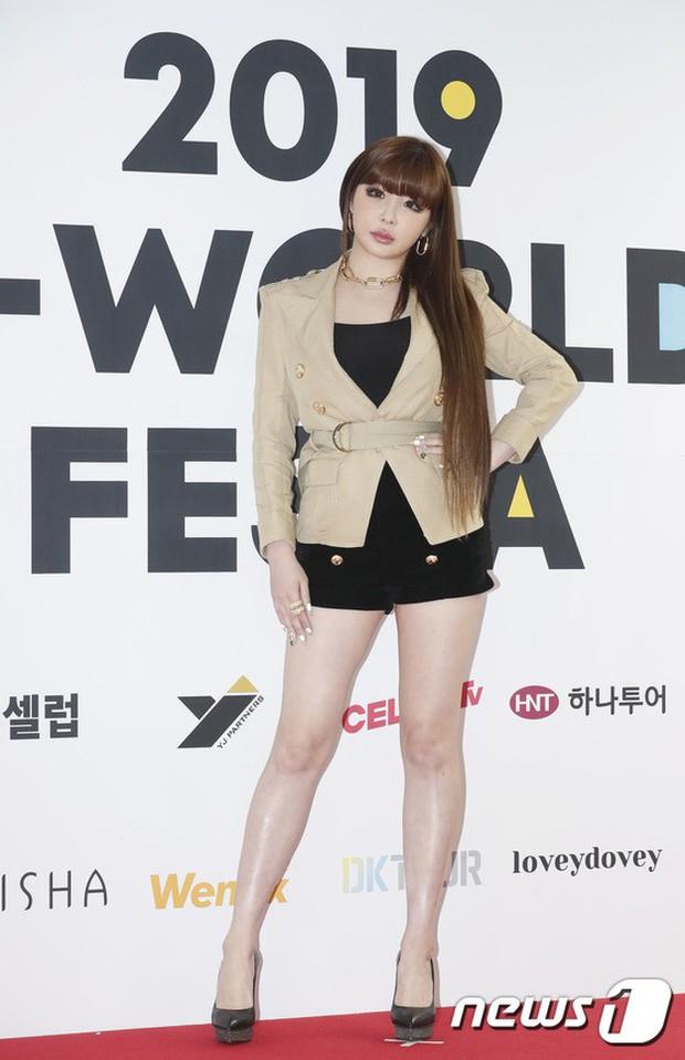 Thảm đỏ hội tụ quân đoàn 70 idol: Park Bom bị nữ thần dao kéo lấn át, dàn nam thần đẹp trai nhất Kpop đụng độ cực gắt - Ảnh 1.