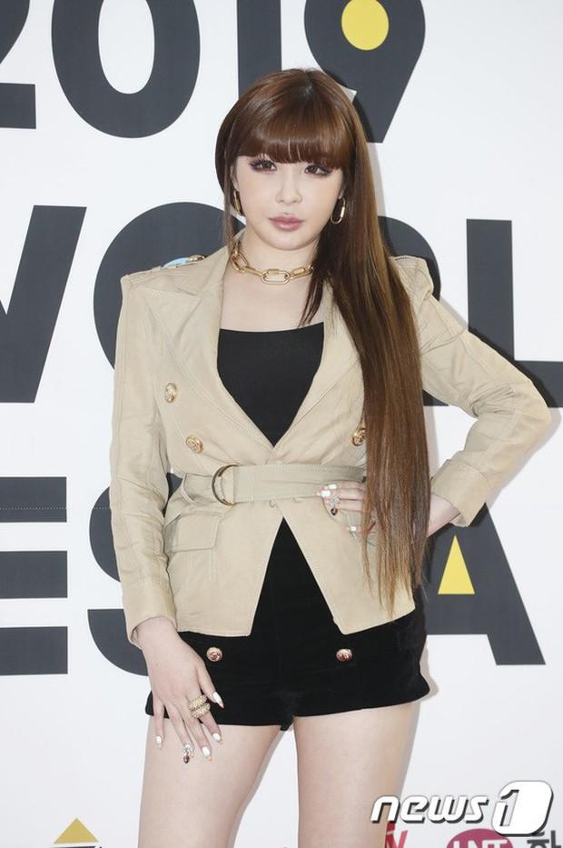Thảm đỏ hội tụ quân đoàn 70 idol: Park Bom bị nữ thần dao kéo lấn át, dàn nam thần đẹp trai nhất Kpop đụng độ cực gắt - Ảnh 2.