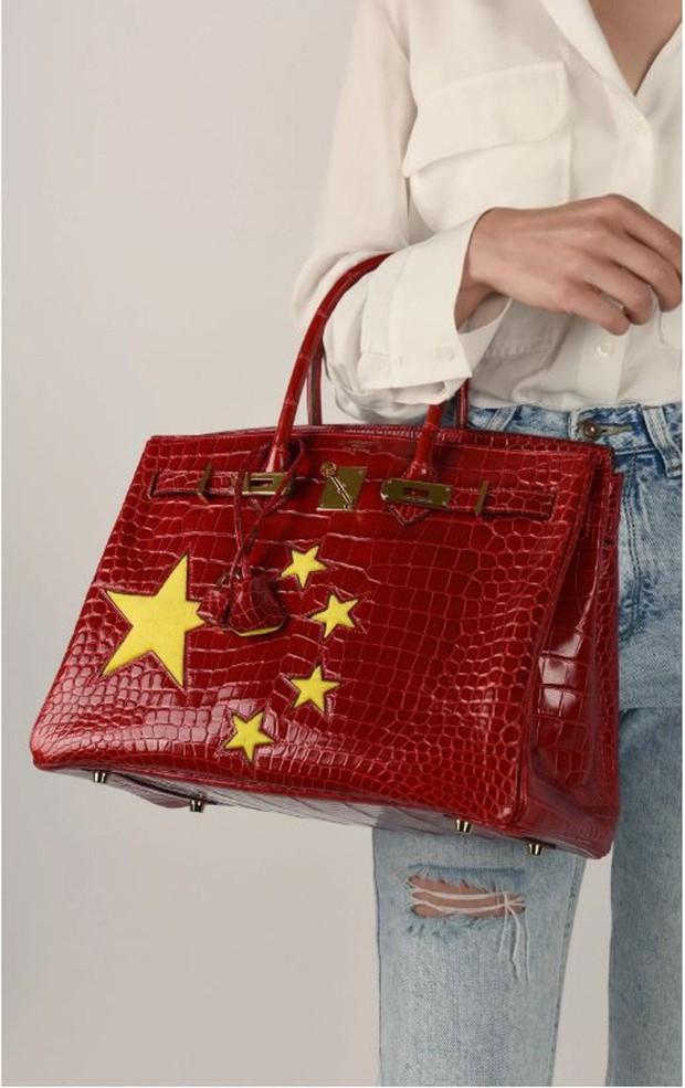 Giữa lúc Versacé và Coach dính phốt, Hermès ra ngay túi Birkin cờ Trung Quốc giá gần 3 tỷ VNĐ - Ảnh 3.