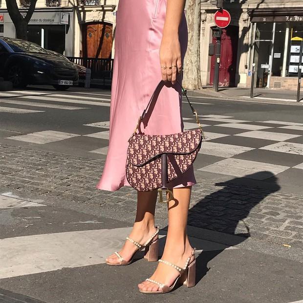 Dường như quý cô người Pháp nào cũng sở hữu một đôi sandal quai mảnh vì em nó kéo chân hack dáng quá trời đỉnh - Ảnh 3.