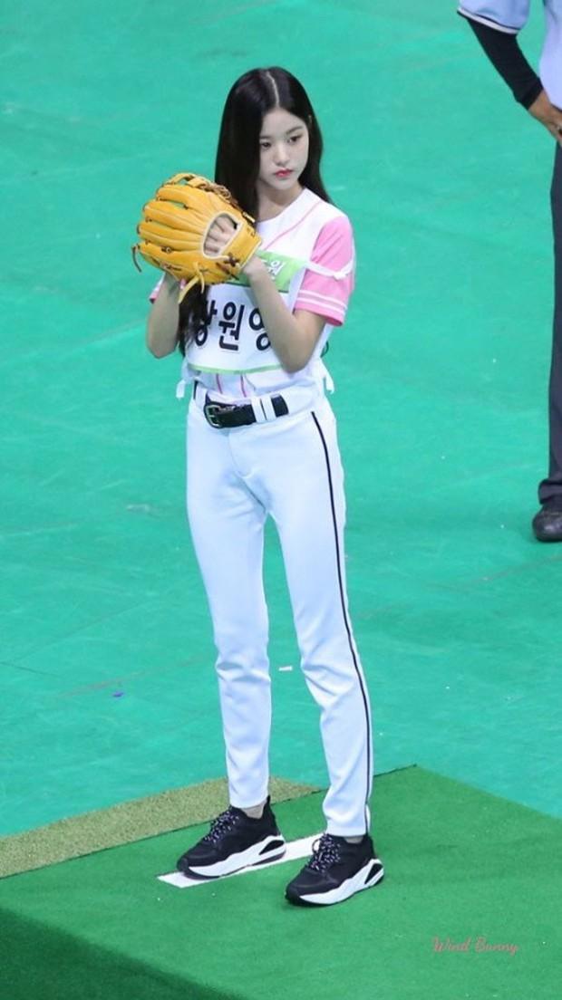 Center 15 tuổi của IZ*ONE gây sốt vì thân hình chuẩn từng cm tại đại hội thể thao Idol - Ảnh 3.