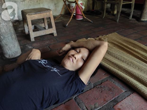 Xót cảnh người mẹ điên ú ớ nằm dưới đất nhìn con gái 15 ngày tuổi không biết mặt bố là ai vì bị hiếp dâm - Ảnh 4.
