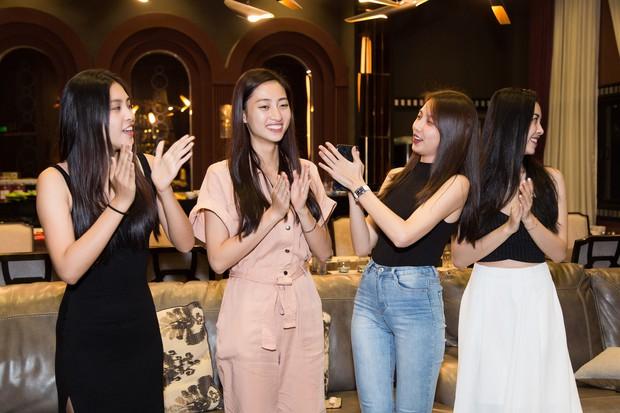 2 nàng hậu cùng tuổi Tiểu Vy và Lương Thùy Linh đọ mặt mộc trong một khung hình, nhan sắc hơn kém ra sao? - Ảnh 7.