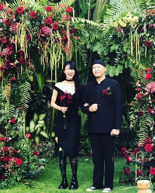 Đám cưới bá đạo của chân dài đình đám xứ Hàn: Cô dâu chú rể mặc đồ đen, khách khứa lại diện đồ trắng toát - Ảnh 1.