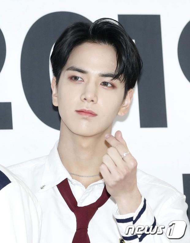 Thảm đỏ hội tụ quân đoàn 70 idol: Park Bom bị nữ thần dao kéo lấn át, dàn nam thần đẹp trai nhất Kpop đụng độ cực gắt - Ảnh 20.