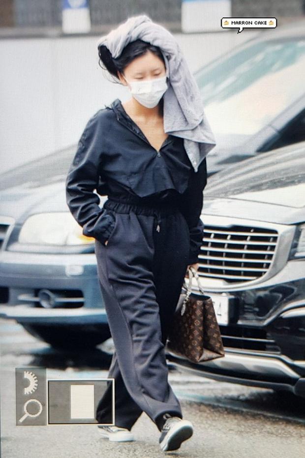Không biến sân bay thành sàn diễn, Hwasa ăn vận xuề xòa như bà thím mà vẫn được netizen Hàn bênh vực - Ảnh 8.