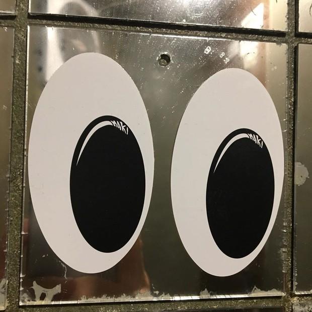 Giới trẻ Hàn Quốc đua nhau dán... sticker hình đôi mắt vào nhà vệ sinh nam để nâng cao nhận thức nạn quay lén - Ảnh 4.