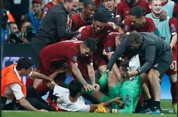 Người hùng của Liverpool ở Siêu cúp châu Âu dính chấn thương vì lý do vô cùng hy hữu, đẩy đội bóng vào cơn khủng hoảng thiếu thủ môn trầm trọng - Ảnh 1.