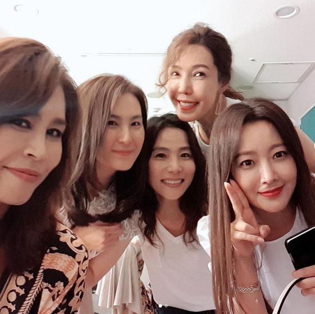 Cả Weibo choáng với ảnh dự sinh nhật bạn của Kim Hee Sun: Làn da 42 tuổi không tì vết, trở thành trung tâm bữa tiệc - Ảnh 4.
