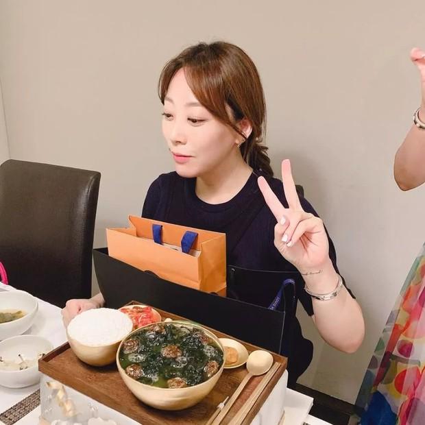 Cả Weibo choáng với ảnh dự sinh nhật bạn của Kim Hee Sun: Làn da 42 tuổi không tì vết, trở thành trung tâm bữa tiệc - Ảnh 3.