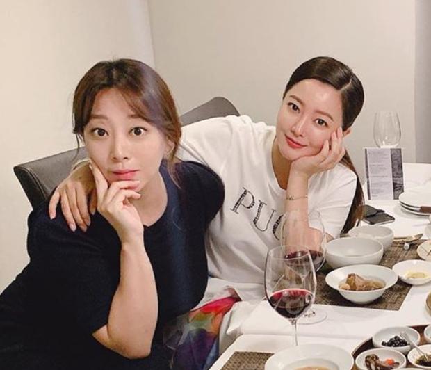 Cả Weibo choáng với ảnh dự sinh nhật bạn của Kim Hee Sun: Làn da 42 tuổi không tì vết, trở thành trung tâm bữa tiệc - Ảnh 2.