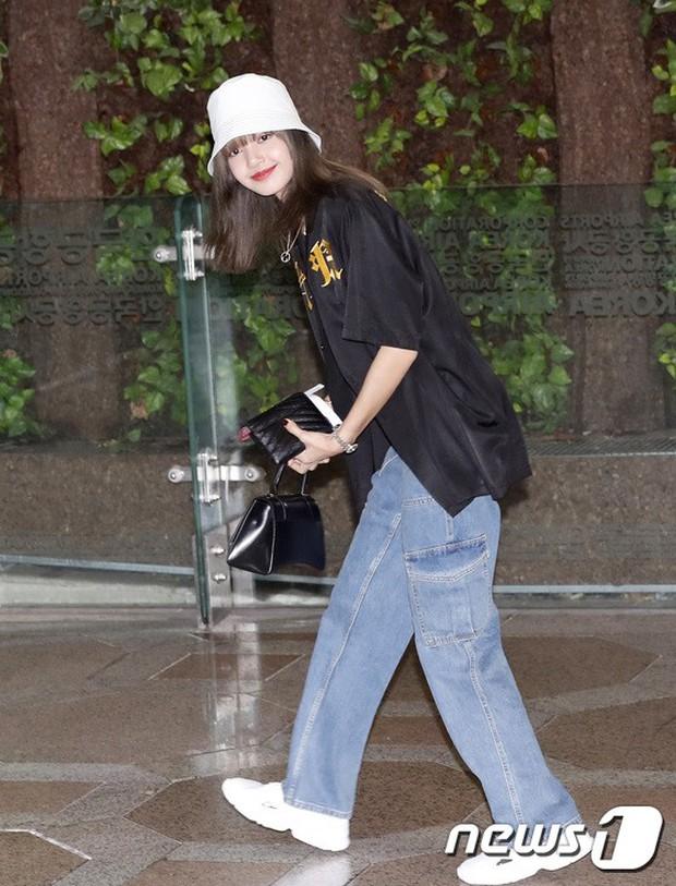 BLACKPINK, TWICE, Momoland đụng độ ở sân bay: Bên đẳng cấp bên xuề xòa, nữ idol xấu nhất lịch sử Kpop gây bất ngờ - Ảnh 4.