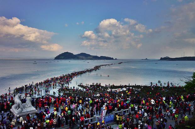 Đến hẹn lại lên: Con đường giữa biển Hàn Quốc 2 năm mới xuất hiện 1 lần, kỳ bí như vậy nhưng người dân vẫn thản nhiên… ăn mừng - Ảnh 4.