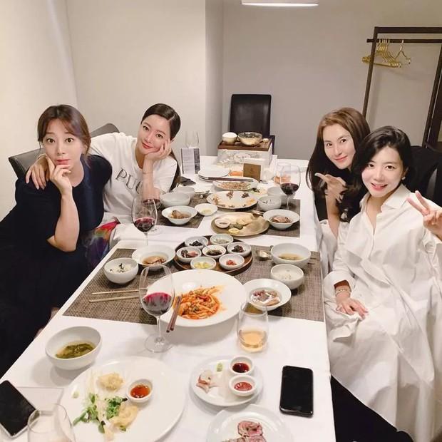 Cả Weibo choáng với ảnh dự sinh nhật bạn của Kim Hee Sun: Làn da 42 tuổi không tì vết, trở thành trung tâm bữa tiệc - Ảnh 1.