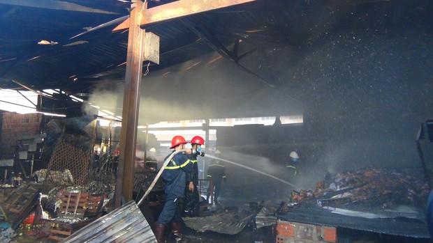 Cháy chợ Cây Xăng lúc rạng sáng, 2 bà cháu đang nằm ngủ được cứu sống - Ảnh 3.