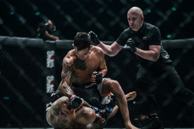Hạ gục huyền thoại làng võ bằng đòn đánh trời giáng, tay đấm điển trai gốc Việt gây tiếng vang lớn tại giải MMA lớn nhất châu Á - Ảnh 3.