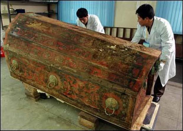 Phát hiện hài cốt nữ nhân đội vương miện trong lăng mộ cổ nghìn năm ở Trung Quốc, chuyên gia khảo cổ đau đầu suy đoán danh tính và nguyên nhân qua đời - Ảnh 1.