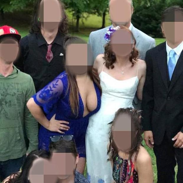 Đi đám cưới bạn thân mặc váy khoét ngực lộ nguyên vòng 1 đẫy đà, phù dâu khiến mạng xã hội dậy sóng, mắng chửi không thương tiếc - Ảnh 1.