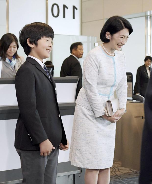 Gia đình Thái tử Nhật Bản khởi hành đến Bhutan, chồng bay trước, vợ con bay chuyến sau và Hoàng tử nhỏ gây chú ý hơn cả - Ảnh 1.
