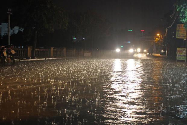 Nhà dân Hà Nội mênh mông nước vì mưa lớn vào đêm muộn ngày Vu lan - Ảnh 1.
