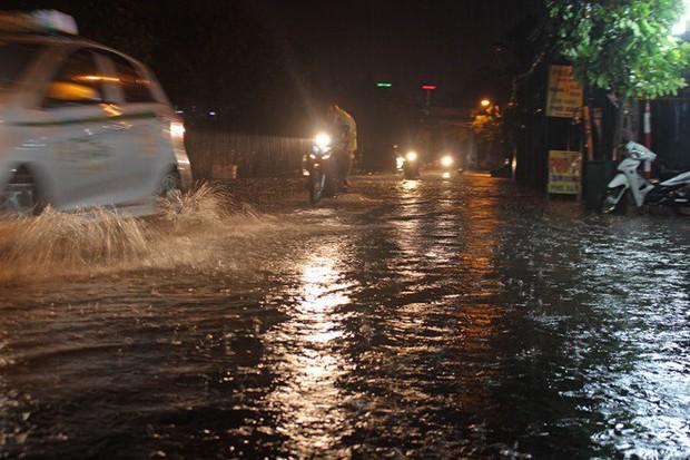 Nhà dân Hà Nội mênh mông nước vì mưa lớn vào đêm muộn ngày Vu lan - Ảnh 2.