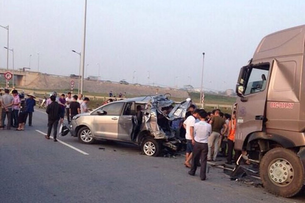 Thực nghiệm vụ lùi xe trên cao tốc: Xe container có tránh được xe Innova? - Ảnh 1.