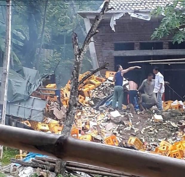 Thanh Hóa: Tai nạn kinh hoàng, xe tải chở bia tông vào cột bê tông khiến 2 người tử vong tại chỗ - Ảnh 1.