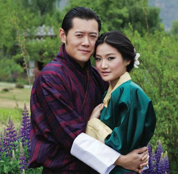 Gia đình Thái tử Nhật Bản khởi hành đến Bhutan, chồng bay trước, vợ con bay chuyến sau và Hoàng tử nhỏ gây chú ý hơn cả - Ảnh 3.