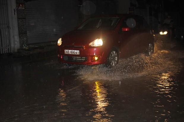 Nhà dân Hà Nội mênh mông nước vì mưa lớn vào đêm muộn ngày Vu lan - Ảnh 3.