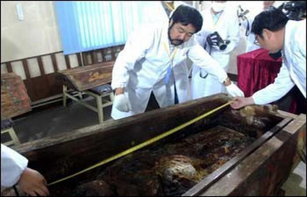 Phát hiện hài cốt nữ nhân đội vương miện trong lăng mộ cổ nghìn năm ở Trung Quốc, chuyên gia khảo cổ đau đầu suy đoán danh tính và nguyên nhân qua đời - Ảnh 3.
