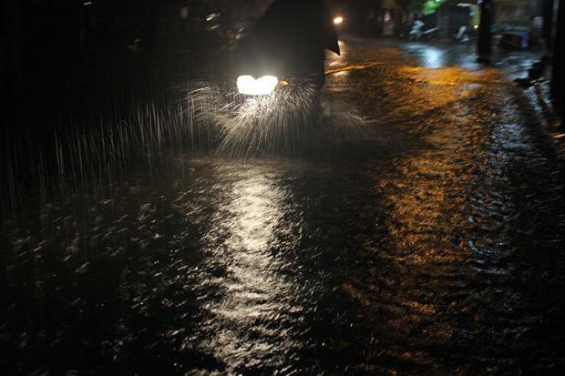 Nhà dân Hà Nội mênh mông nước vì mưa lớn vào đêm muộn ngày Vu lan - Ảnh 5.