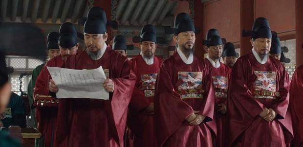 Tân Binh Sử Học Goo Hae Ryung: Shin Se Kyung lén lút làm bậy nhưng gương mặt phản chủ đã tố giác tất cả - Ảnh 8.