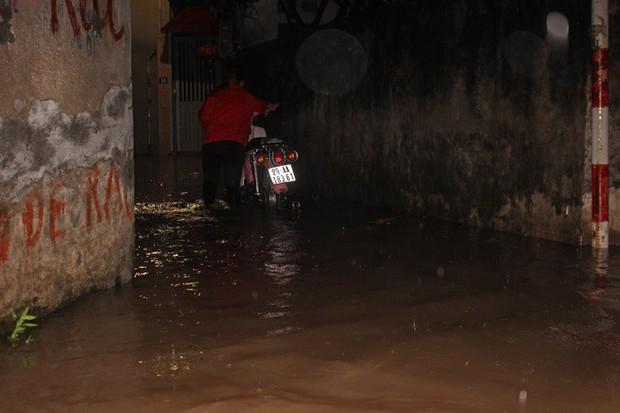 Nhà dân Hà Nội mênh mông nước vì mưa lớn vào đêm muộn ngày Vu lan - Ảnh 8.