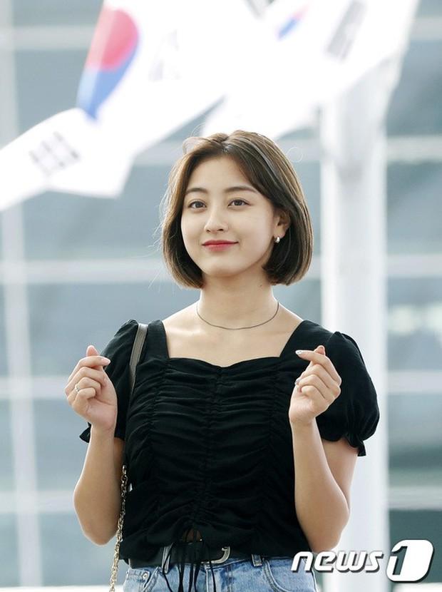 BLACKPINK, TWICE, Momoland đụng độ ở sân bay: Bên đẳng cấp bên xuề xòa, nữ idol xấu nhất lịch sử Kpop gây bất ngờ - Ảnh 16.