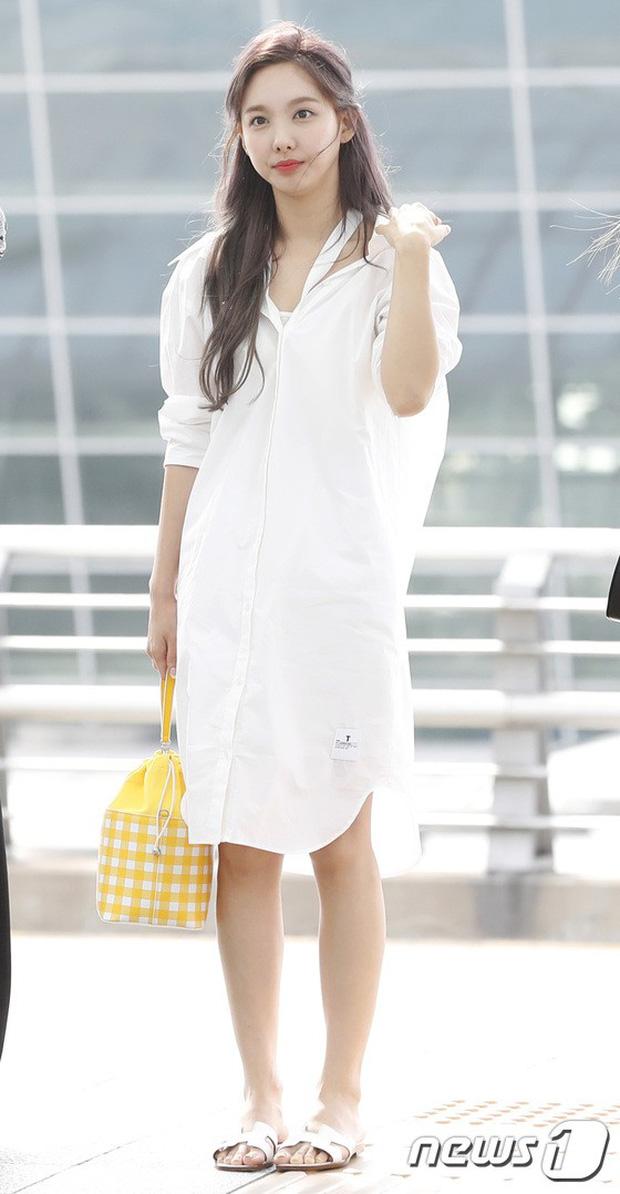 BLACKPINK, TWICE, Momoland đụng độ ở sân bay: Bên đẳng cấp bên xuề xòa, nữ idol xấu nhất lịch sử Kpop gây bất ngờ - Ảnh 12.